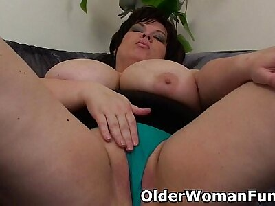 BBW maw having solo coitus forth a dildo